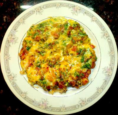 Яичница с кусочками хлеба и помидорами на сковороде - рецепт пошаговый с фото